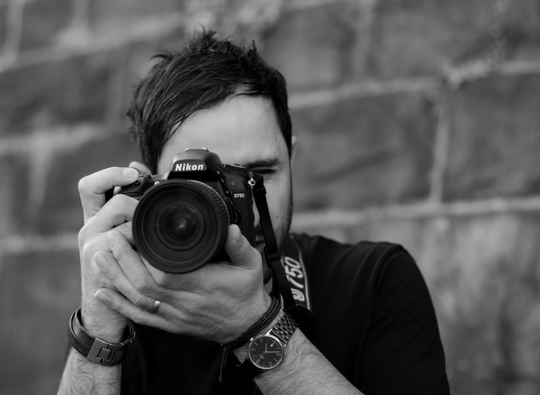 Fahed Fattah sw Portrait mit Kamera