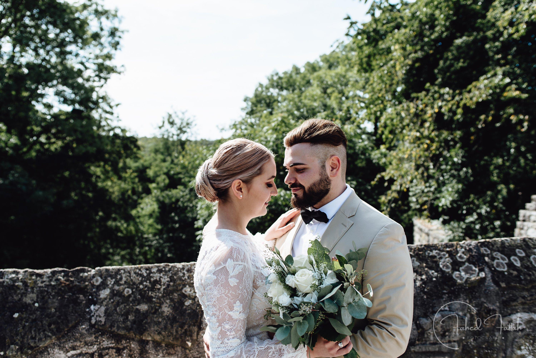 Braut und Bräutigam an Brücke