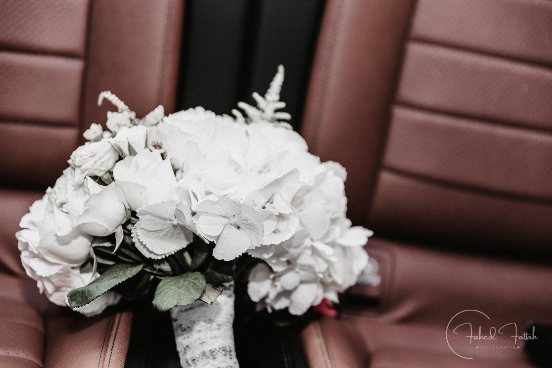 Brautstrauß in Auto
